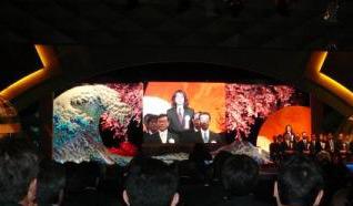 壇上で一礼するアニメロサマーライブ2006プロデューサー